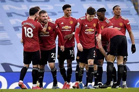 Manchester Uniteds Luke Shaw (2.v.l) feiert zusammen mit den Mannschaftskollegen sein Tor zum 2:0. Foto: Peter Powell/PA Wire/dpa