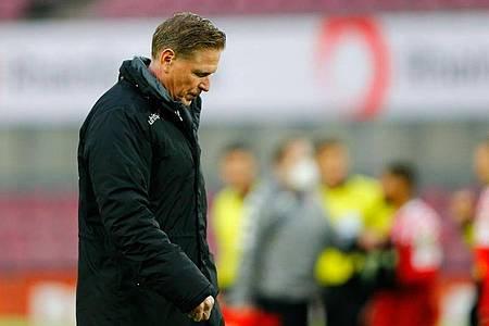 Kölns Trainer Markus Gisdol geht nach dem Spiel mit gesenktem Kopf über den Platz. Foto: Thilo Schmuelgen/Reuters-Pool/dpa