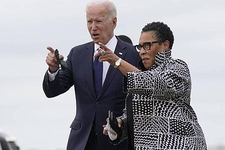 US-Präsident Joe Biden (l) an der Seite von Marcia Fudge, Ministerin für Wohnungsbau und Stadtentwicklung in Oklahoma. Auf den Tag genau 100 Jahre nach einem Massaker an Schwarzen in der Stadt Tulsa hat Biden die Amerikaner zur Auseinandersetzung mit dem Rassismus in der Geschichte ihres Landes aufgerufen. Foto: Evan Vucci/AP/dpa