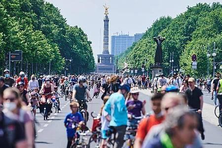Zahlreiche Radfahrer sind auf der Straße des 17. Juni vor dem Brandenburger Tor unterwegs. Foto: Annette Riedl/dpa