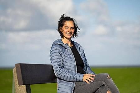 Die Initiatorin der Urlaubs-Spenden Sara Graf sitzt auf einer Bank. Eine Woche Urlaub an der Nordsee für Opfer der Flutkatastrophe - die Spendeninitiative aus dem Wangerland zieht immer weitere Kreise. Foto: Mohssen Assanimoghaddam/dpa