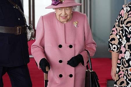Die britische Königin Elizabeth II. (M) kommt zur Eröffnungszeremonie des walisischen Parlaments. Foto: Jacob King/PA Wire/dpa