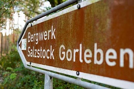 Ein Schild zeigt den Weg zum ehemaligen Erkundungsbergwerk Gorleben. Foto: Philipp Schulze/dpa