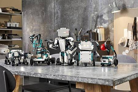 Aus dem Robotik-Set lassen sich fünf verschiedne Roboter bauen (l-r): Gelo, M.V.P., Blast, Charlie und Tricky. Foto: Lego/dpa-tmn