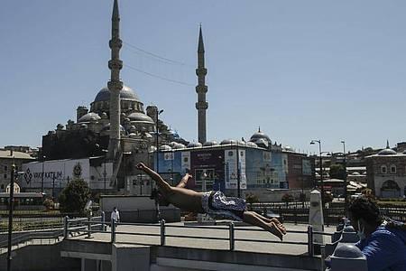 Nach einem langen harten Lockdown lockert die Türkei die Corona-Beschränkungen. Foto: Emrah Gurel/AP/dpa