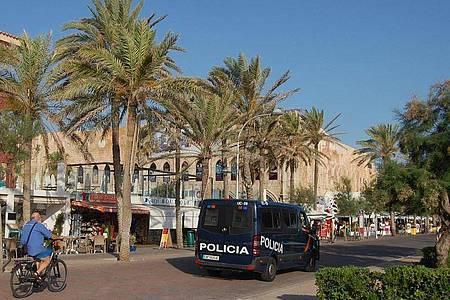 Das Archivfoto zeigt eine Polizeistreife vor einem Club an der Playa de Palma. Foto: Patrick Schirmer/dpa