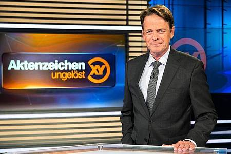 ZDF-Moderator Rudi Cerne im Studio der Sendung «Aktenzeichen XY ... ungelöst». Foto: Sina Schuldt/dpa