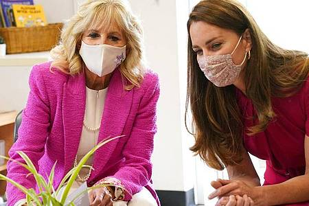 First Lady Jill Biden und Herzogin Kate, beim Besuch einer Vorschulklasse. Foto: Aaron Chown/PA Wire/dpa