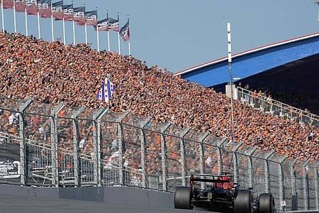 Die niederländischen Zuschauer auf der Tribüne reagieren begeistert auf die Pole Position ihres Landsmanns Max Verstappen in Zandvoort. Foto: Hasan Bratic/dpa