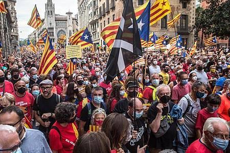 Demonstranten halten die katalanische Unabhängigkeitsfahne in die Höhe. Foto: Thiago Prudencio/DAX via ZUMA Press Wire/dpa