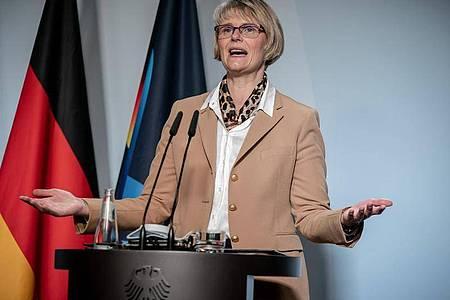 Bildungsministerin Anja Karliczek kann sich eine vollständige Rückkehr zum Präsenzunterricht in allen Jahrgängen aufgrund der derzeitigen Infektionslage nicht vorstellen. Foto: Michael Kappeler/dpa