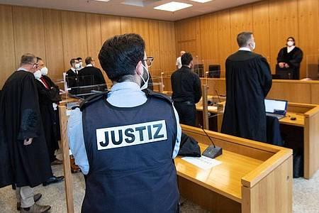 Der ehemalige Bundesligaprofi Deniz Naki (4.v.r.) steht im Landgericht hinter der Anklagebank. Foto: Marius Becker/dpa
