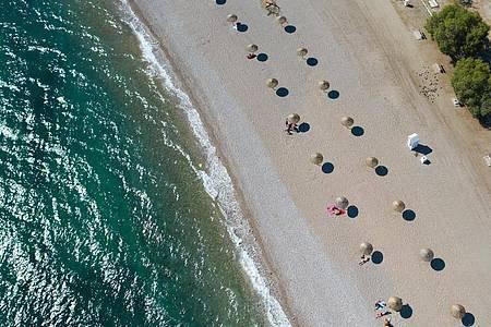 An einem Strand südlich von Athen:Griechenland empfängt bereits seit einigen Wochen wieder Touristen. Foto: Lefteris Partsalis/XinHua/dpa