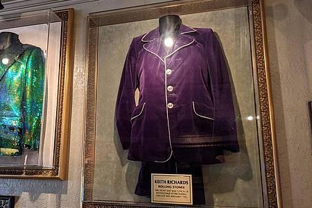 Ein Samtanzug von Rolling-Stones-Gitarrist Keith Richards, daneben Mick Jaggers grüne Jacke. Foto: Philip Dethlefs/dpa