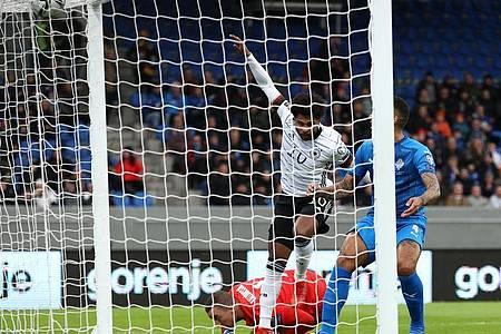 Serge Gnabry (M.) erzielte auf Island das 1:0. Foto: Christian Charisius/dpa