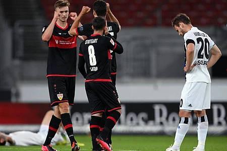 Die Stuttgarter feiern den Last-Minute-Sieg gegen den HSV. Foto: Matthias Hangst/Getty Images Europe/Pool/dpa