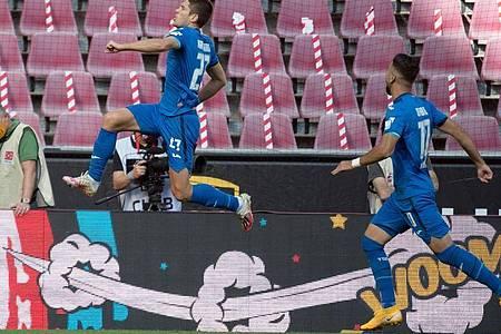 Hoffenheims Torschütze Andrej Kramaric (l) jubelt mit Munas Dabbur über den Treffer zum 1:0. Foto: Federico Gambarini/dpa