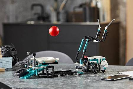 Roboter Twiggy geht es sportlich an. Foto: Lego/dpa-tmn