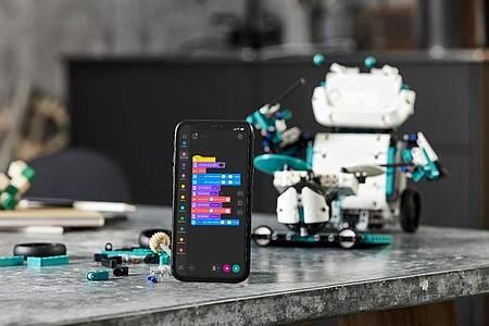 Roboter Charlie kann man etwa als Drummer programmieren. Foto: Lego/dpa-tmn