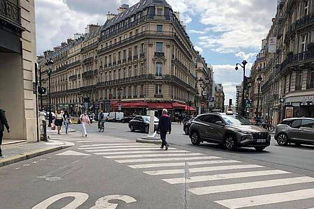 Auf einer Straße im Zentrum von Paris gilt Tempo 30. Ab sofort gilt diese Geschwindigkeitsbegrenzung in der französischen Hauptstadt fast überall. Foto: Michael Evers/dpa