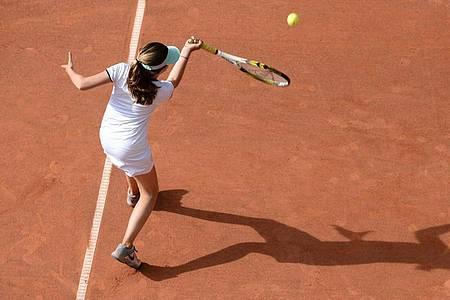 Schnelle Stoppbewegungen, starke Überstreckungen: Tennis ist nicht rückenfreundlich. Foto: Daniel Reinhardt/dpa/dpa-tmn
