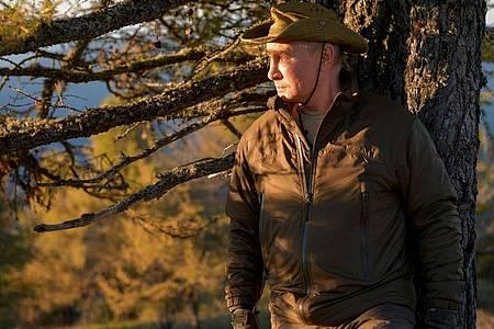 Wladimir Putin hatte imUrlaub offenkundig viel Zeit zur Kontemplation. Gleich mehrere Fotos zeigen ihn beim scheinbar gedankenverlorenen In-die-Ferne-Schauen. Foto: Alexei Druzhinin/Pool Sputnik Kremlin/AP/dpa