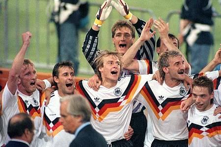 Die deutsche Nationalmannschaft jubelt 1990 über den Gewinn der Fußball-WM im Olympiastadion von Rom. Foto: Frank Kleefeldt/dpa
