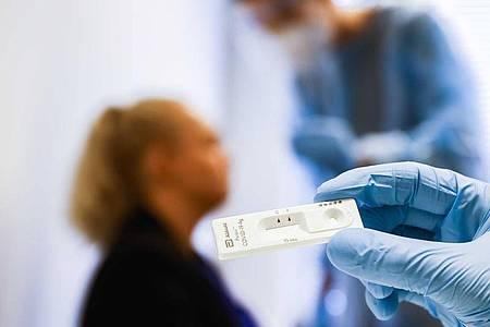 Blick auf einen Corona-Schnelltest in einer Teststation des Gesundheitsamts der niederländischen Stadt Groningen. Foto: Vincent Jannink/ANP/dpa