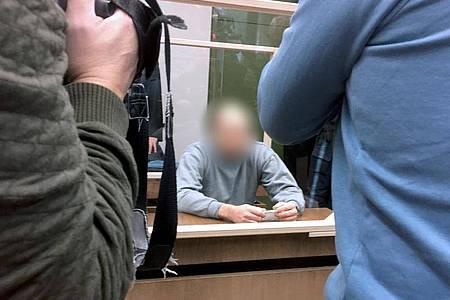 Der Angeklagte beim Prozessauftakt im Landgericht München I. Foto: Britta Schultejans/dpa