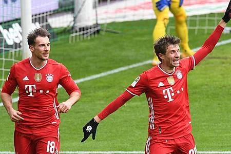 Thomas Müller (r) bereitete gleich zwei Bayern-Tore am Samstag vor. Foto: Carmen Jaspersen/dpa-Pool/dpa