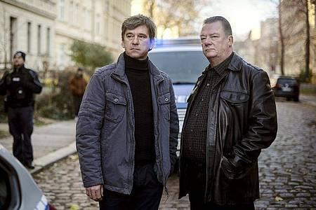 Kommissar Michael Lehmann (Peter Schneider, l) und Kommissar Henry Koitzsch (Peter Kurth) am Tatort. Foto: Felix Abraham/MDR/filmpool fiction//dpa