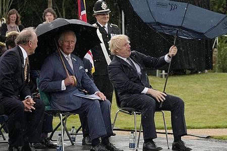 Prinz Charles (2.v.r) und Premierminister Boris Johnson (r) bei der Enthüllung des britischen Polizeidenkmals an der Gedenkstätte National Memorial Arboretum. Foto: Christopher Furlong/PA Wire/dpa