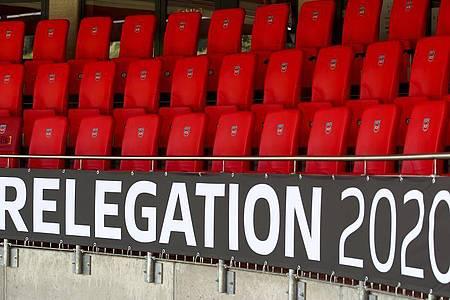 Der Schriftzug «Relegation 2020» ist an der leeren Tribüne angebracht. Foto: Tom Weller/dpa
