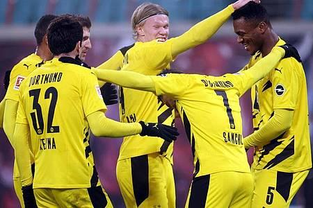 Dortmunds Spieler feiern Erling Haaland (M) nach dessen Treffer zum 3:0 gegen RB Leipzig. Foto: Jan Woitas/dpa