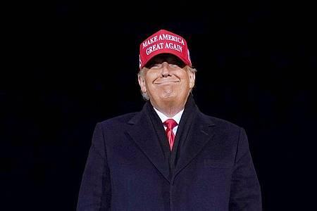 Donald Trump lächelt nach einer Wahlkampfkundgebung. Der frühere US-Präsident Donald Trump hat die Sperre des Kurznachrichtendienstes Twitter in Nigeria begrüßt. Foto: Evan Vucci/AP/dpa