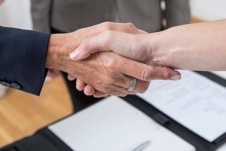 Bei entsprechenden Gehaltssprüngen würde ein Großteil bei einem neuen Arbeitgeber einschlagen, selbst wenn man im aktuellen Job zufrieden ist. Foto: Christin Klose/dpa-tmn