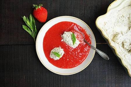Mit Mascarpone-Minz-Eis in pürierten Erdbeeren lassen sich heiße Sommertage versüßen. Foto: Manfred Zimmer/herrgruenkocht.de/dpa-tmn