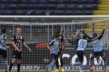 Gladbachs Torschütze Marcus Thuram (r) jubelt nach seinem Treffer zum zwischenzeitlichen 2:0. Foto: Michael Probst/AP-Pool/dpa
