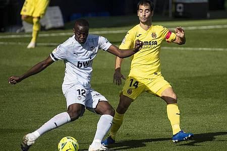 Valencias Mouctar Diakhaby (l), hier im Zweikampf mit Manu Trigueros vom FC Villarreal, soll in Cadiz rassistisch beleidigt worden sein. Foto: J.M. FERNANDEZ/gtres/dpa