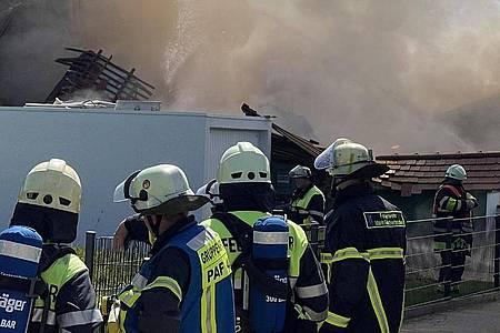 Einsatzkräfte der Feuerwehr bei den Rettungsarbeiten in Rohrbach. Foto: Vifogra/dpa