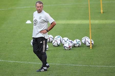 Bundestrainer Hansi Flick verfolgt das Training seiner Mannschaft. Foto: Tom Weller/dpa