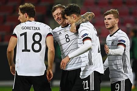 Deutschlands Kai Havertz (2.v.r.) bejubelt sein Tor zum 2:2 mit Leon Goretzka (l-r), Toni Kroos und Timo Werner. Foto: Federico Gambarini/dpa