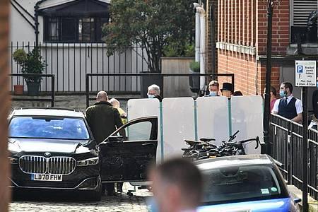 Prinz Philip (2.v.l., verdeckt) wird von Krankenhausmitarbeitern zum Auto begleitet. Foto: Dominic Lipinski/PA Wire/dpa
