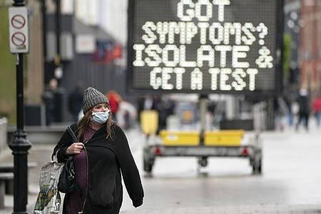 Eine Anzeigetafel erinnert in Großbritannien an das richtige Vehalten beimAuftreten vonCorona-Symptomen. Foto: XinHua/dpa