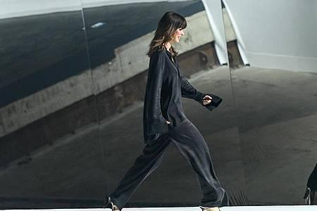 Lena Meyer-Landrut schwebt über den Laufsteg. Foto: Jens Kalaene/dpa-Zentralbild/dpa