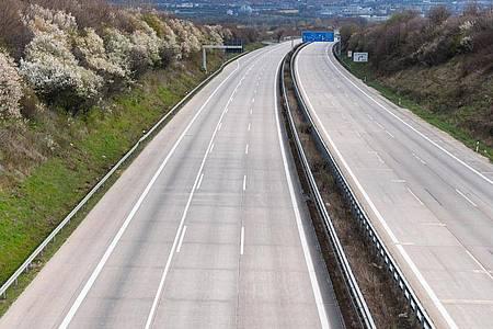 Kein einziges Auto ist während der Corona-Pandemie auf der Autobahn A4 zu sehen. Foto: Robert Michael/dpa-Zentralbild/dpa