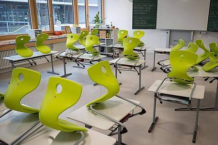 Stühle stehen in einer Gemeinschaftsschule in einer Grundschulklasse in Baden-Württemberg auf den Tischen. Foto: Sebastian Gollnow/dpa