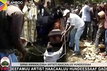 Das Videostandbild zeigt die Beerdigung des Sängers Hachalu Hundessa. Foto: -/OBN/AP/dpa