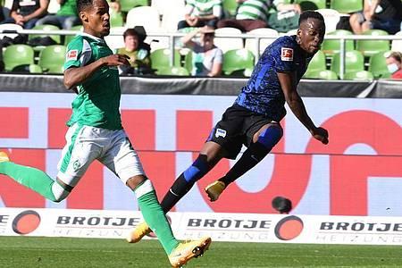 Theodor Gebre Selassie (l) von Werder Bremen kommt zu spät, Dodi Luebakio macht das 2:0 für Hertha klar. Foto: Carmen Jaspersen/dpa