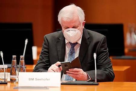 Bundesinnenminister Horst Seehofer nimmt an der wöchentlichen Kabinettssitzung im Kanzleramt teil. Foto: Hannibal Hanschke/Reuters/Pool/dpa